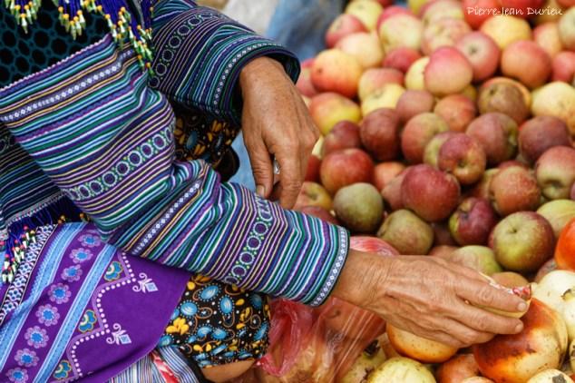 On goûte les fruits, Marché de Coc Ly, Octobre 2016