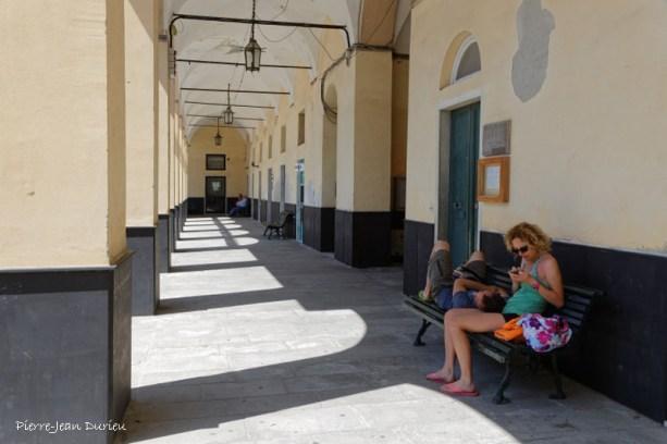 Sous les arcades de la place de la mairie
