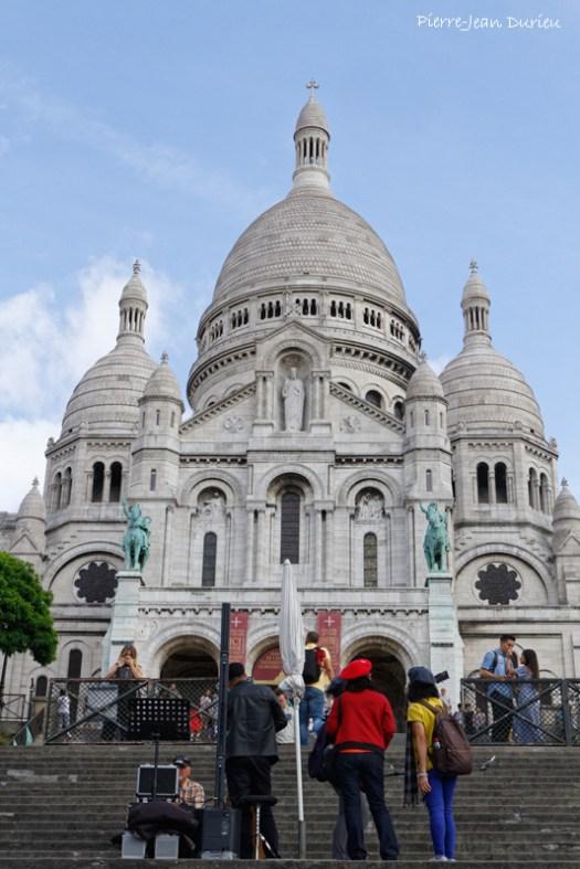 Touristes et musiciens au Sacré-Coeur