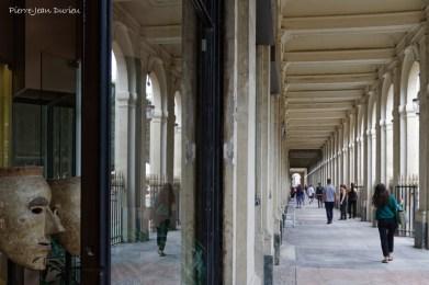 Reflets dans les allées du Palais-Royal