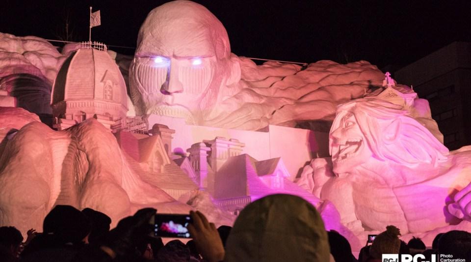 アニメ・マンガで大人気。進撃の巨人の雪像。時間になると音とライトアップで巨人の怖さを表現!左の建物はさっぽろ時計台で、巨人がさっぽろを襲ったという設定のようです。