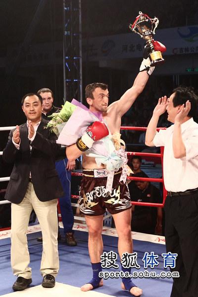 图文:[WBC南宁]穆斯里穆KO郭强 穆斯里穆领奖