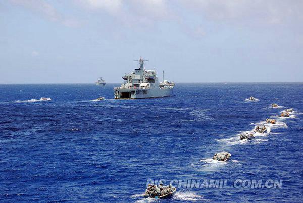 資料圖:南海艦隊聯合演練突擊『敵』占島礁。