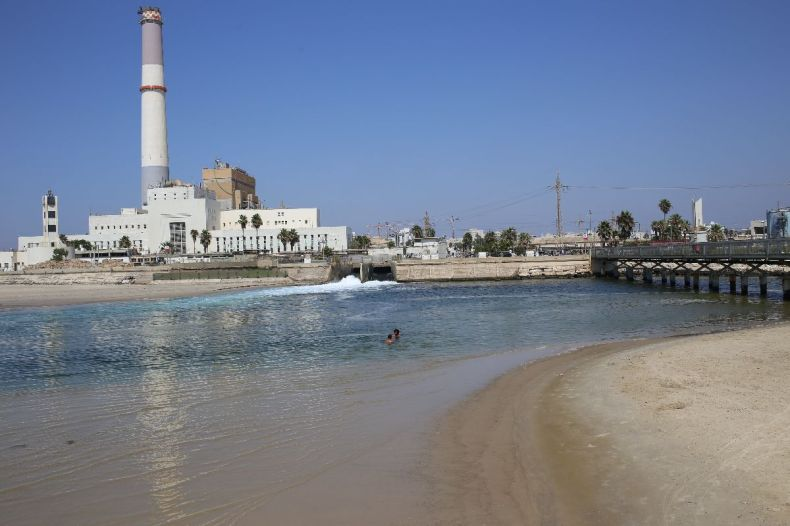 Bathing in discharge waters of power station