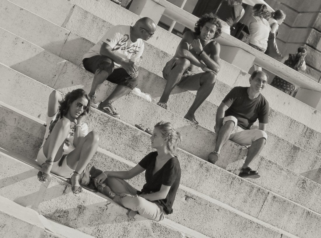 Diagonal in photography: Siesta on the steps, winner of our photo contest on use of diagonal lines.