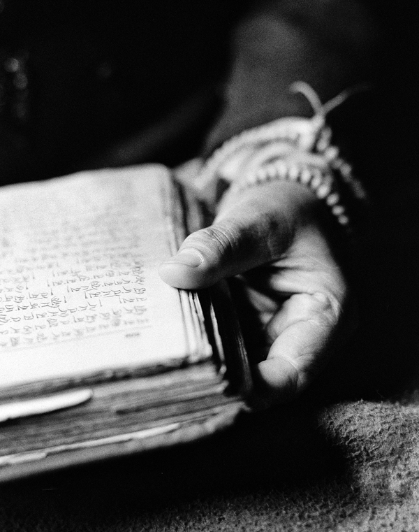 Black and white photo by Roy Zipstein: a hand with a book