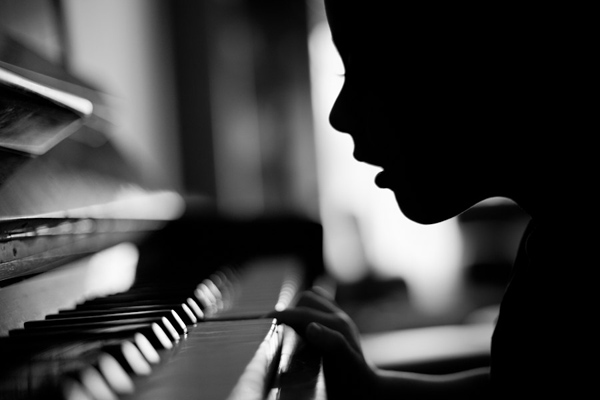 Black and white photo by Victor Bezrukov: a child listening to the piano