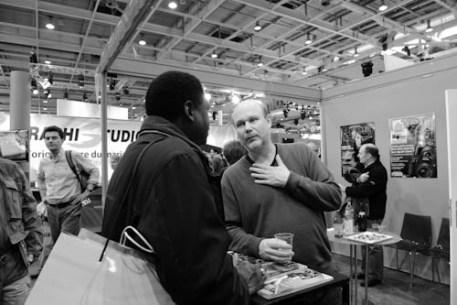 Jean-Christophe Béchet converse avec un lecteur sans pour autant lâcher son verre
