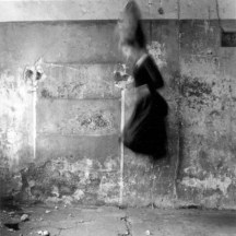Francesca Woodman, Untitled, Roma, Italia, 1977-78 Gelatin Silver Estate Print 20 x 25 cm © Courtesy La Fabrica Galeria, Madrid