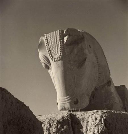 Horst P. Horst, Persepolis Bull, 1949 © Horst P. Horst / Art & Commerce - Courtesy Galerie Bernheimer