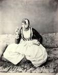 William Hammerschmidt, Femme arabe portant un costume d´intérieur, Vers 1860 Tirage sur papier albuminé © Courtesy Lumière des Roses, Montreuil