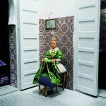 Yto Barrada, Fille aux tabourets, Casablanca, 2000 © Courtesy Galerie Polaris, Paris