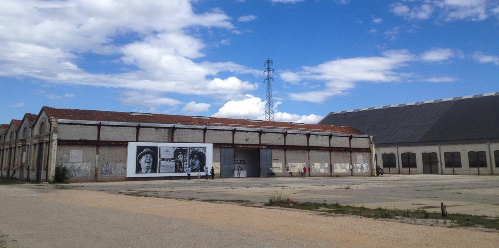 Les fameux entrepôts SNCF, dont on a dit qu'ils allaient être démolis pour faire place à la fondation Luma. Il en reste quand même plusieurs, représentant une belle surface.