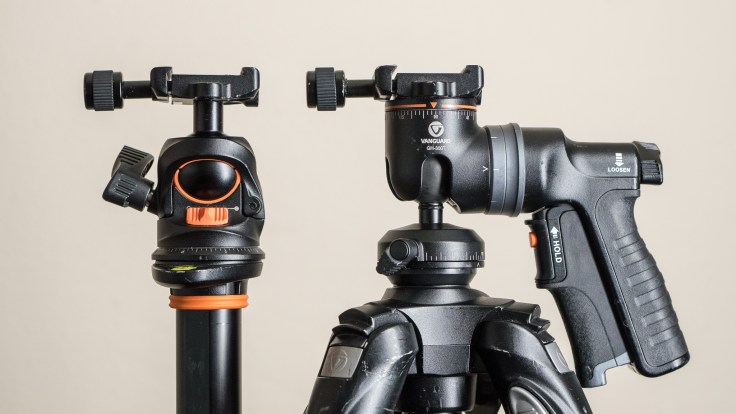 A ball head (left) allows you make adjustments to the camera's position by loosening just one knob. A grip head (right) is a kind of ball head that uses a squeeze grip to replace the knob for adjustments.