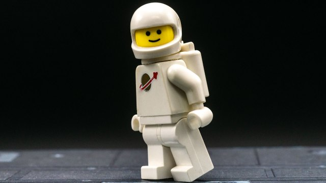 Realistically posing LEGO minifigures for photography