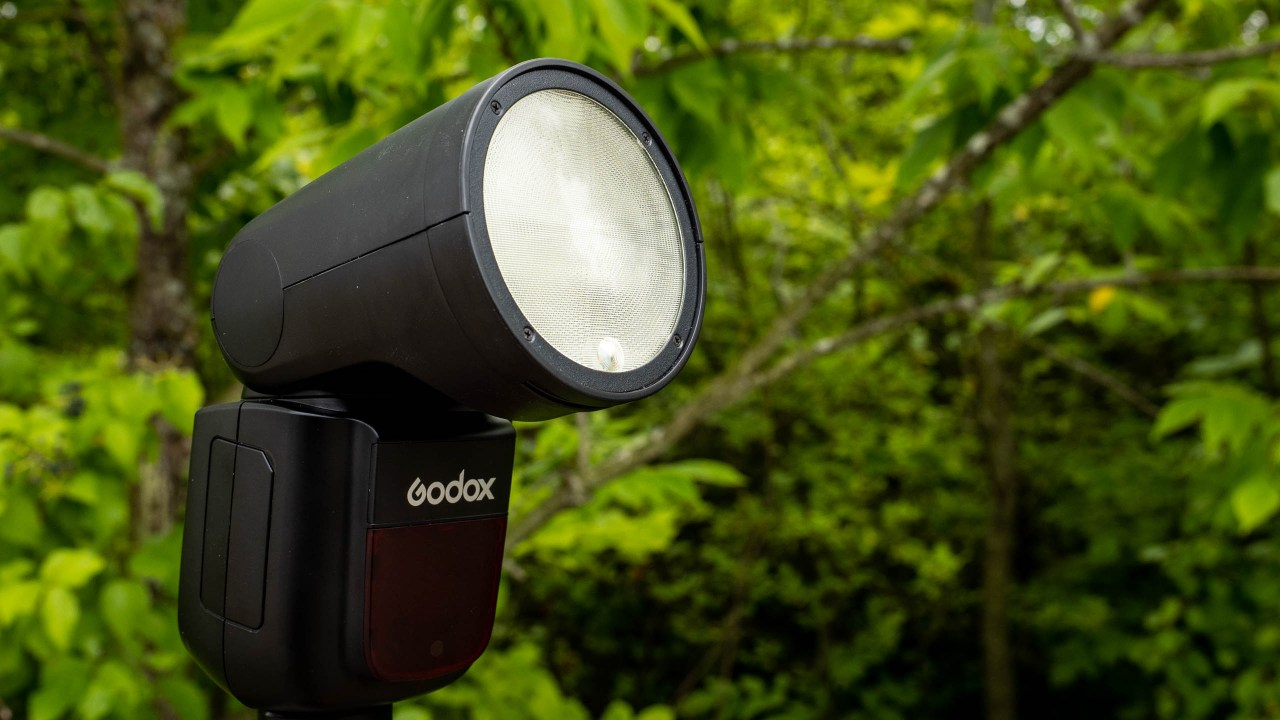 Godox V1 offers high speed and power in round flash head