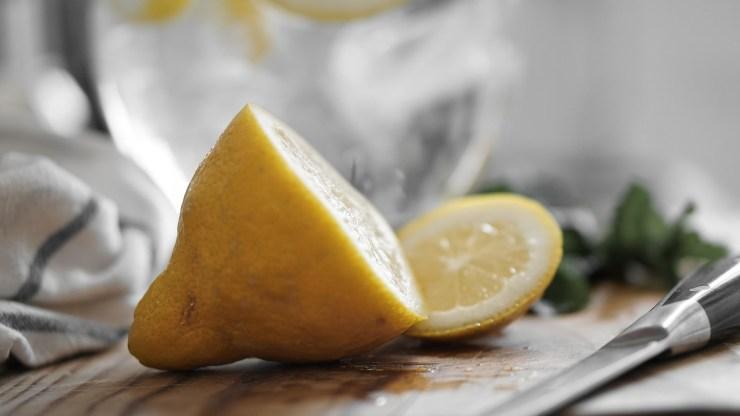 Cut lemons knife