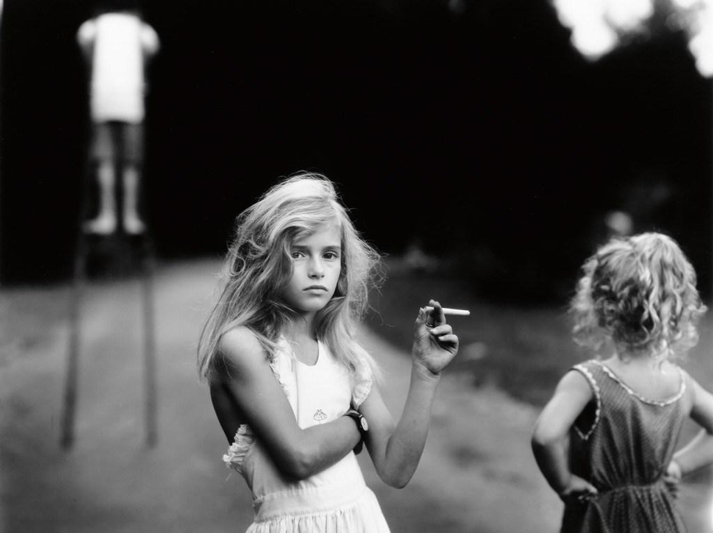Sally MANN Candy Cigarette 1989 Série Immediate Family - Sa fille Jessie tient une cigarette bonbon - Exposée en 1992 à New York à la galerie Hook
