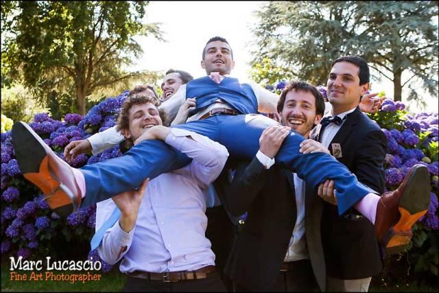 Les témoins portent le marié