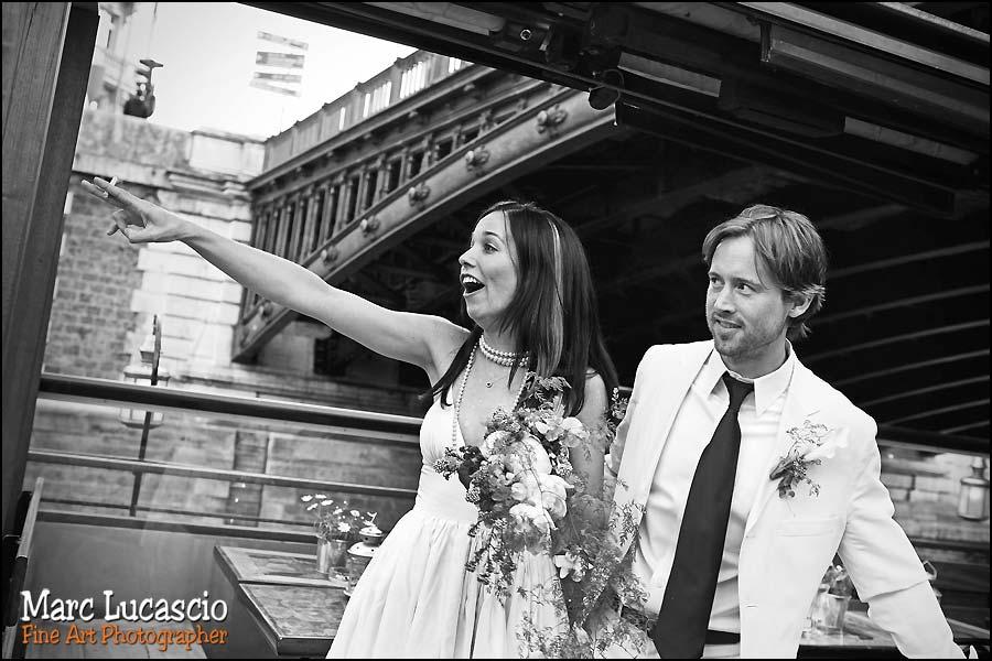 Portrait des mariés sur la péniche à Paris