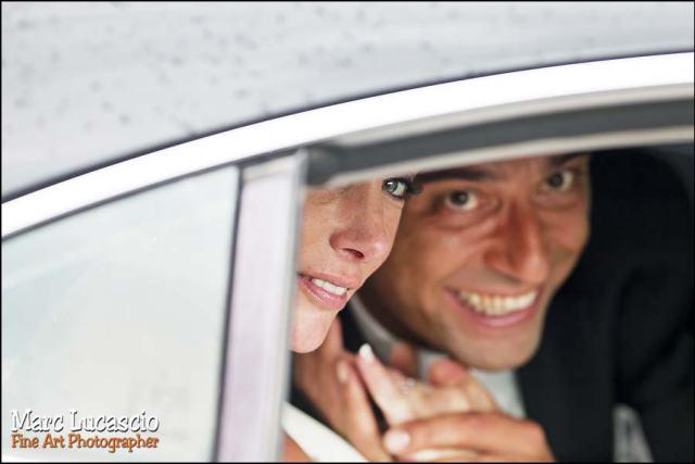 les mariés dans la voiture