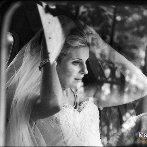 Portrait de la mariée dans la traction citroen
