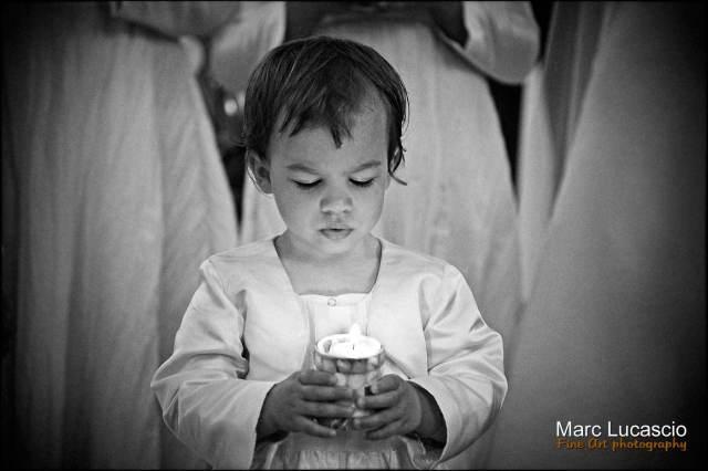 portrait en noir et blanc d'un enfant dans l'église