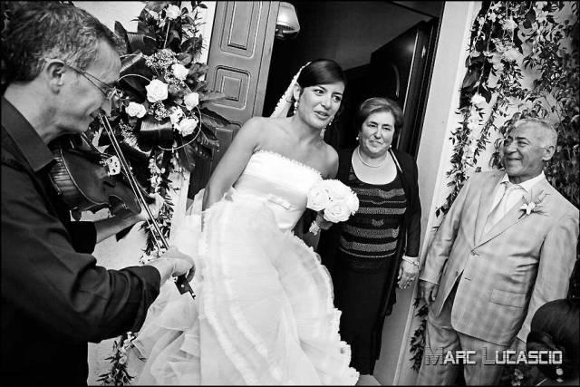 Sortie de la mariée direction l'église