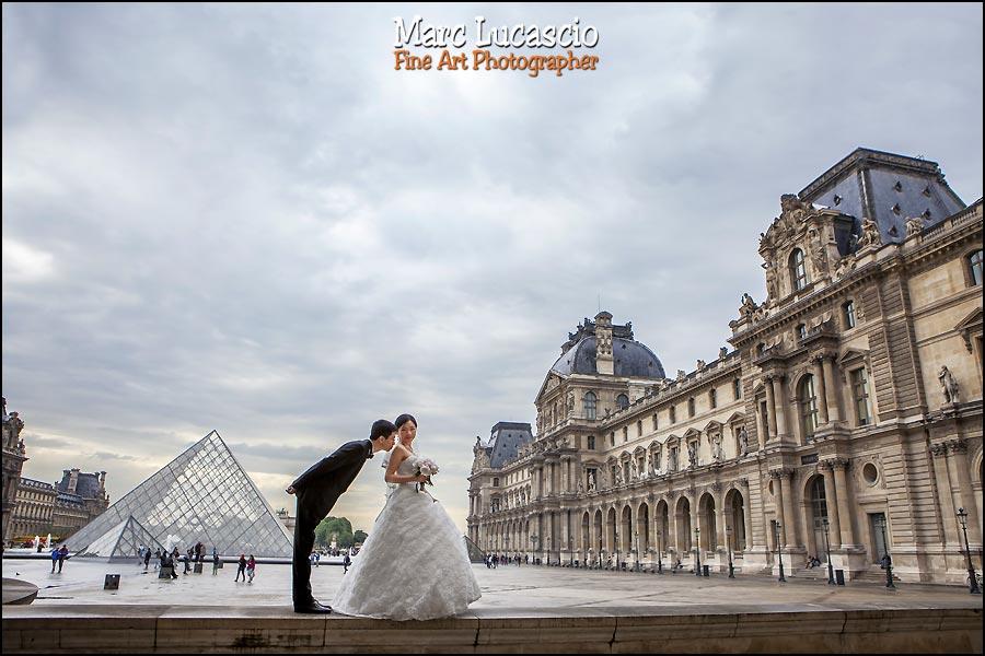 Pyramide du Louvre photo de couple