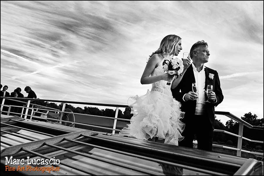 Les mariés boivent du champagne