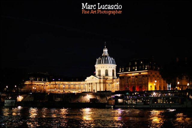 Péniche Le palais du Louvre vu de nuit