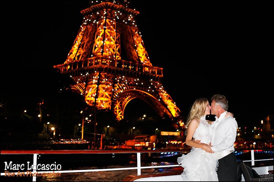 Photo ballade sur la Seine à Paris de nuit avec les mariés