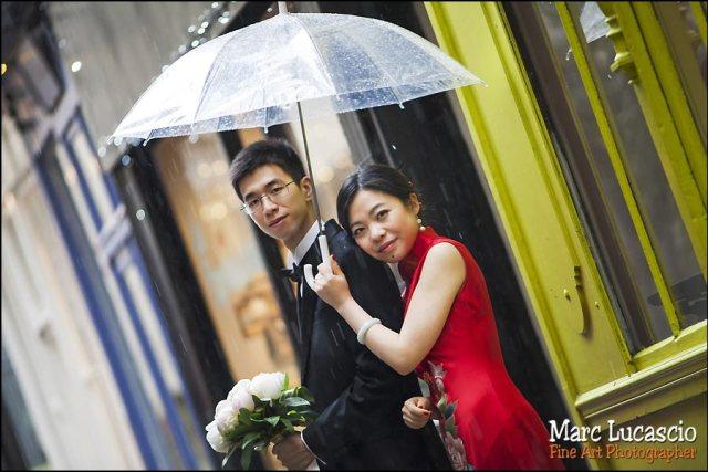 photo couple paris sous la pluie