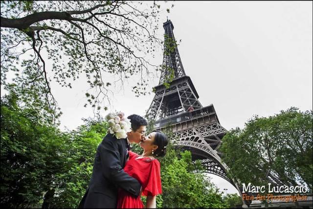 Photos avant mariage à Paris, portrait sous la Tour Eiffel