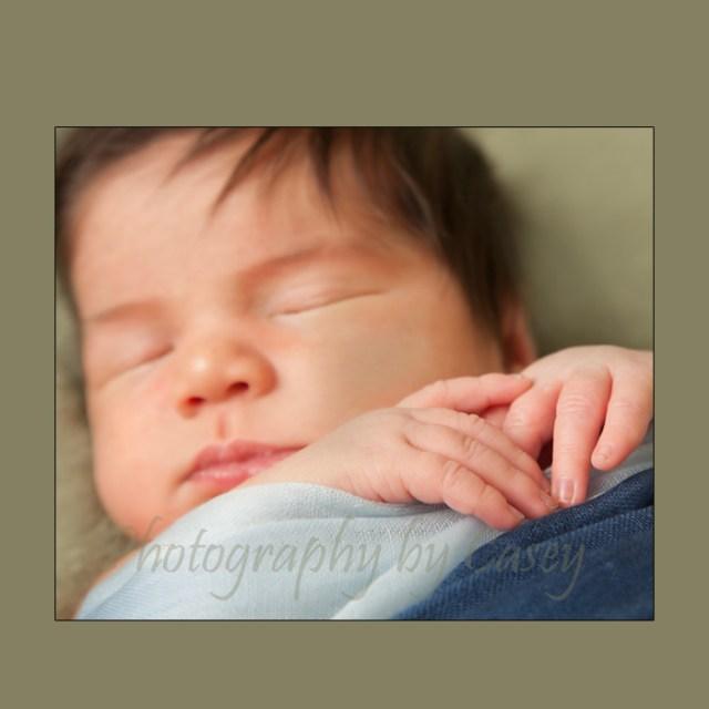 Photographer of newborns pose with hands