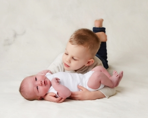 photos of newborns with siblings