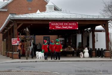 Elves on the loose! Les lutins courent dans la rue!