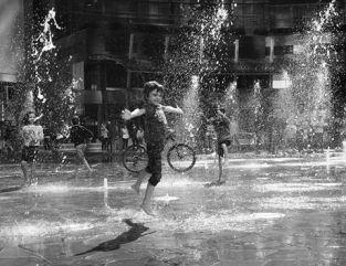 Francesco Gelati, Nella fontana di piazza Gae Aulenti ci giocano gli angeli