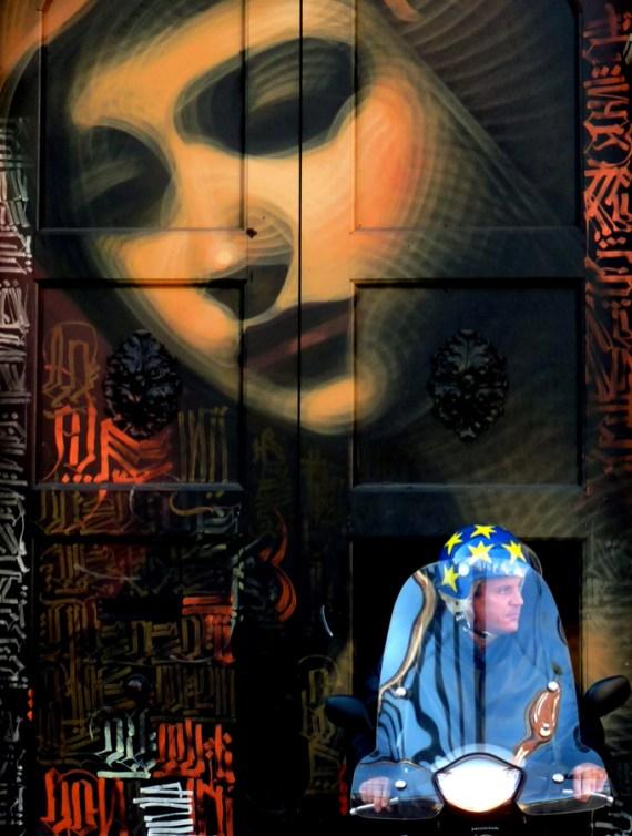Giovanni Paolini 006, portone con murales al Ticinese