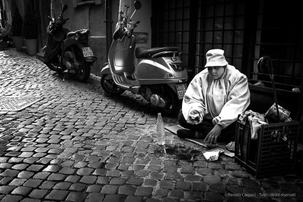 A street artist taking a break near Fontana di Trevi. Nikon D810 35 mm (35 mm ƒ/2) 1/500 ƒ/8 ISO 6400