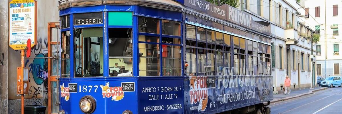 Questa immagine ha l'attributo alt vuoto; il nome del file è Tram-Milano-viaggia-in-%E2%80%A6-Carrelli-1928-di-Corrado-Formenti-Vettura-1877-Via-Martiri-Oscuri.jpg