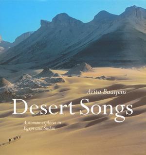 De woestijn, drie kamelen en een vrouw