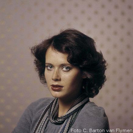 photoq-sylvia-kristel-actrice-emmanuelle-nieuwe-revu-januari-1975-c-c.-barton-van-flymen