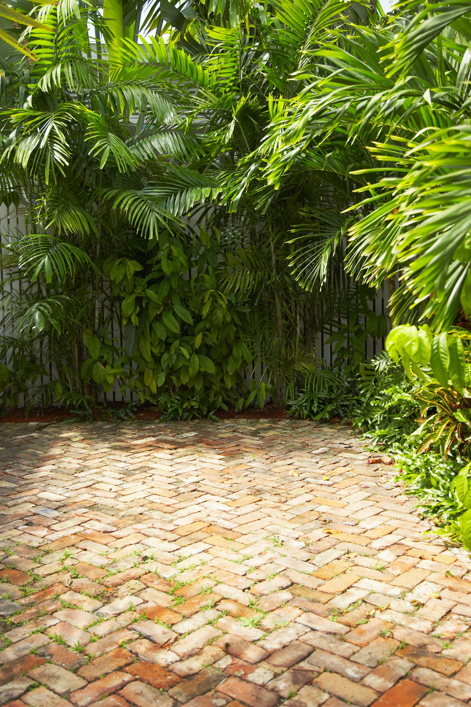 https homeguides sfgate com many pounds crushed gravel should buy brick paver patio 85086 html
