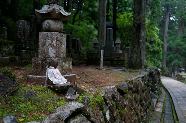 A jizo statue along the path in Okuno-in.