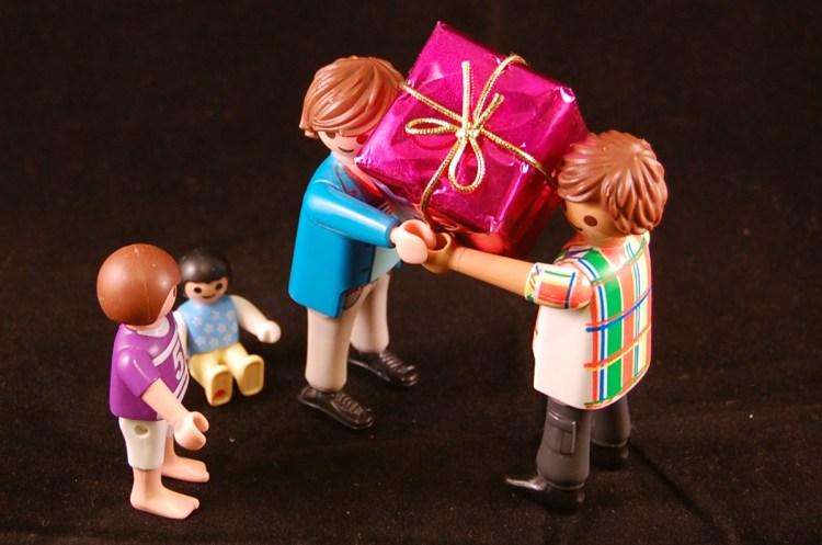 Un gros cadeau rose pour l'enfant playmo