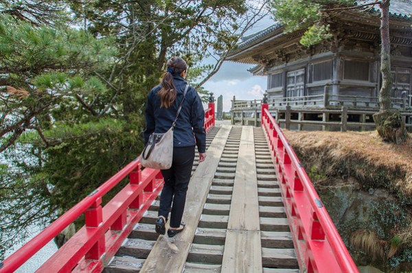 Sukashi-bashi: The bridge to Godaido temple
