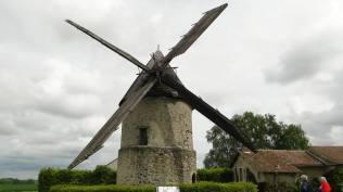 Les ailes du moulin se déploient. Toute la toiture et les ailes peuvent pivoter en fonction du vent...