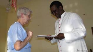 Sr Anne remet les Actes du Chapitre à Mgr Viera, évêque de Djougou