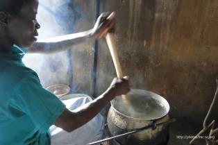Sr Justine prépare le tô, plat incontournable au Burkina Faso
